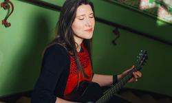 Maria Schüritz mit Gitarre